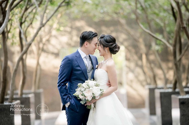 The wedding couple was taking a sweet picture at Grand Hyatt Hong Kong.