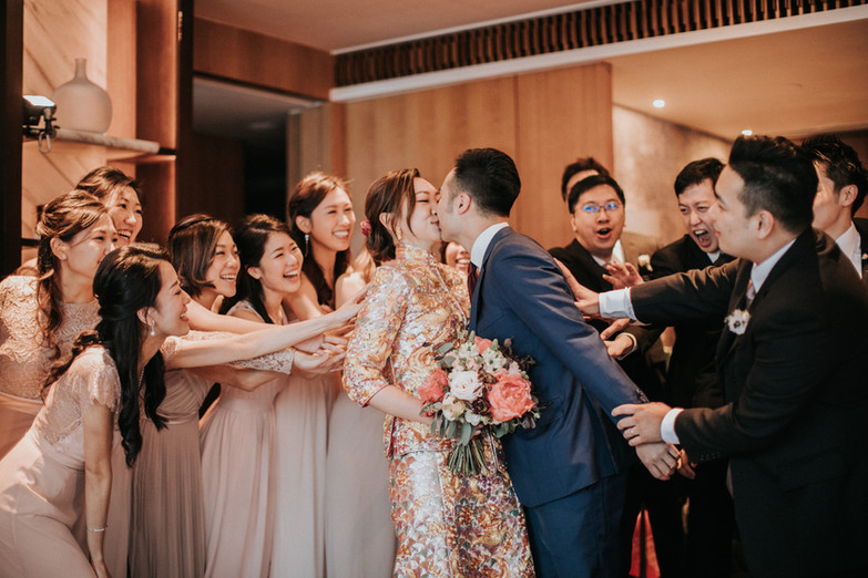 Sweet couple kissed after the groom and his groomsmen passed the traditional Chinese door games on wedding day!