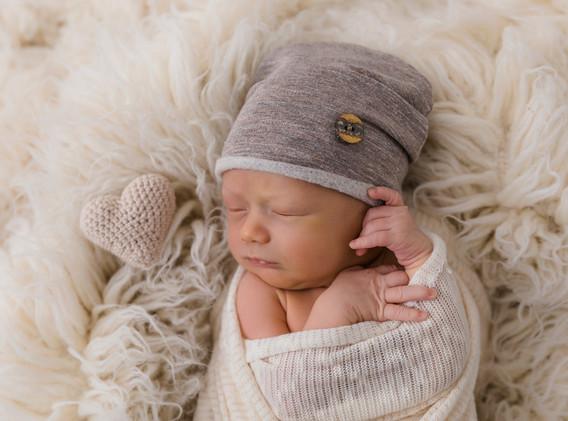 Newborn, Baby, Newbornshooting, Neugeborenenfotografie, Neugeborenes, Mütze, Haube Baby, Häkelherz, Babyfotos, Babyshooting, Babyfotografie, Babyfotos Wien, Babyfotos Korneuburg, Babyfotos Tulln Babyfotografie