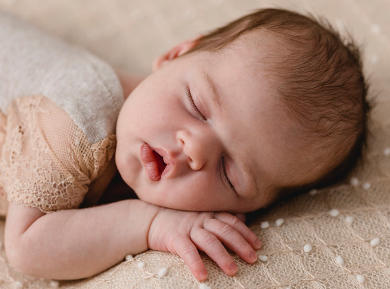 Newborn, Baby, Newbornshooting, Neugeborenenfotografie, Neugeborenes, Babyfotografie, schlafendes Baby, schlafendes Newborn, Baby Spitzenbody, Babyfotos, Babyshooting, Babyfotografie, Babyfotos Wien, Babyfotos Korneuburg, Babyfotos Tulln
