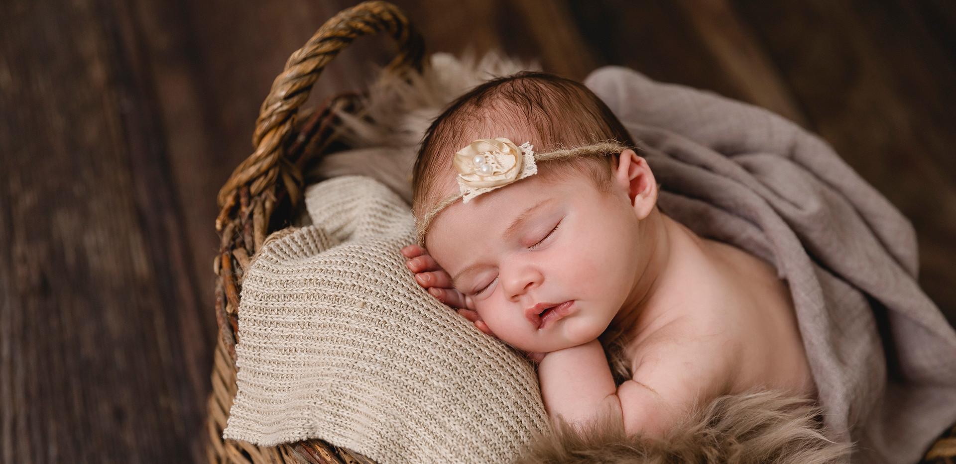 Newborn, Baby, Newbornshooting, Neugeborenenfotografie, Neugeborenes, schlafendes Baby, schlafendes Newborn, Babygirl, Korb, Babyhaarband, Babyfotos, Babyshooting, Babyfotografie, Babyfotos Wien, Babyfotos Korneuburg, Babyfotos Tulln