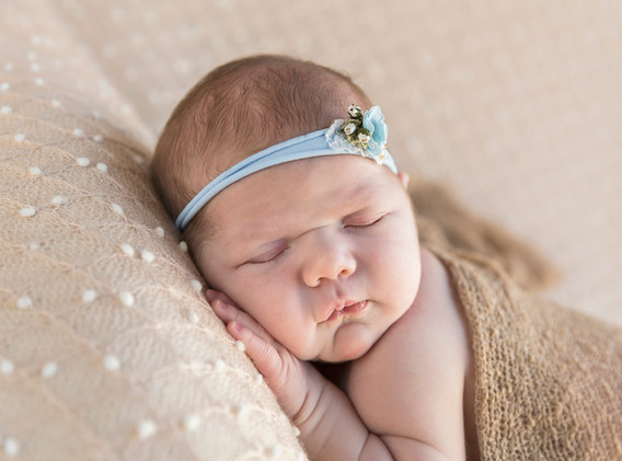 Newborn, Baby, Newbornshooting, Neugeborenenfotografie, Neugeborenes, schlafendes Baby, schlafendes Newborn, Mädchen, Haarband, Babyfotos, Babyshooting, Babyfotografie, Babyfotos Wien, Babyfotos Korneuburg, Babyfotos Tulln
