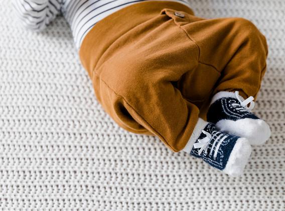 Newborn, Neugeborenes, Baby, Babyschuhe blau, Familienshooting zu Hause, Familienfotos, Familienfotos Wien, Familienfotos Korneuburg, Familienfotos Tulln, Babyfotos, Babyfotos Wien, Babyfotos Korneuburg, Babyfotos Tulln, Babyfotografie, Babyshooting