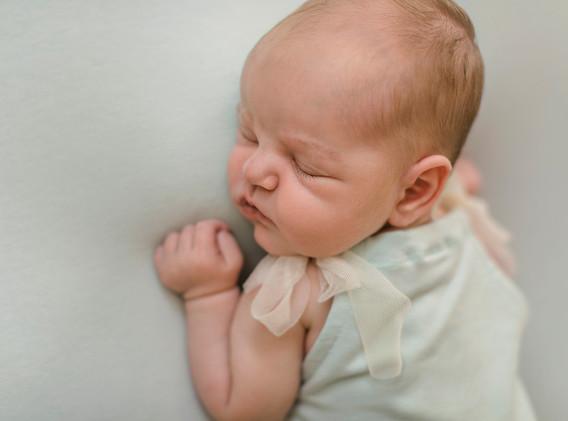 Newborn, Baby, Newbornshooting, Neugeborenenfotografie, Neugeborenes, schlafendes Baby, schlafendes Newborn, Babygirl, Body, Babyfotos, Babyshooting, Babyfotografie, Babyfotos Wien, Babyfotos Korneuburg, Babyfotos Tulln