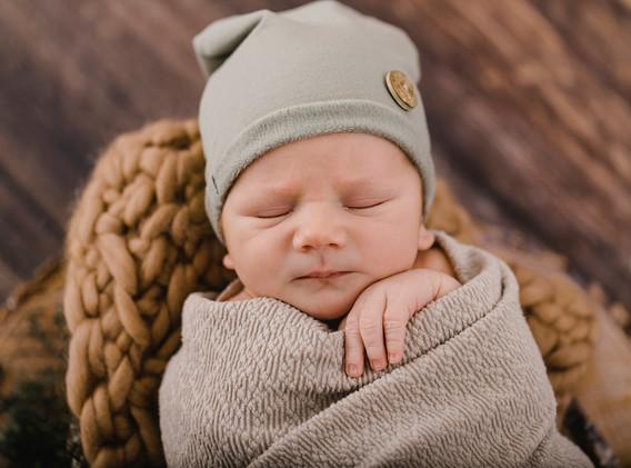 Newborn, Baby, Newbornshooting, Neugeborenenfotografie, Neugeborenes, Mütze, Haube Baby, kleine Babyfinger, Babyfotos, Babyshooting, Babyfotografie, Babyfotos Wien, Babyfotos Korneuburg, Babyfotos Tulln