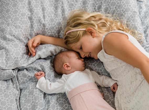 Baby und große Schwester, Kinder, Homestory, Schwestern, Familienfotos, Familienfotos Wien, Familienfotos Korneuburg, Familienfotos Tulln
