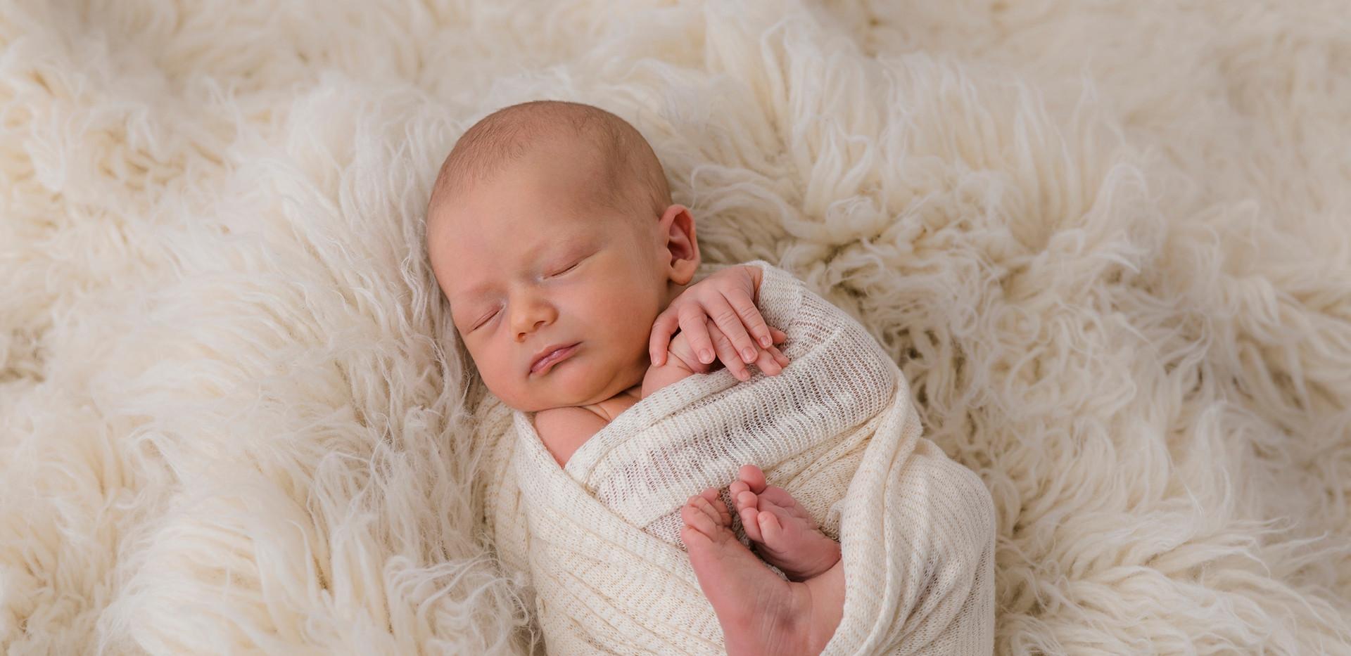 Newborn, Baby, Newbornshooting, Neugeborenenfotografie, Neugeborenes, Baby Wrap, Babyfotos, Babyshooting, Babyfotografie, Babyfotos Wien, Babyfotos Korneuburg, Babyfotos Tulln