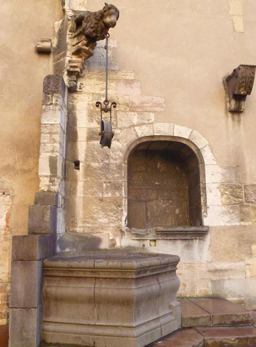 Palais_des_Ducs_et_des_Etats_de_Bourogne_Dijon_-_Puits_cuisines_ducales_Photographie_de_E_Moreau_pou