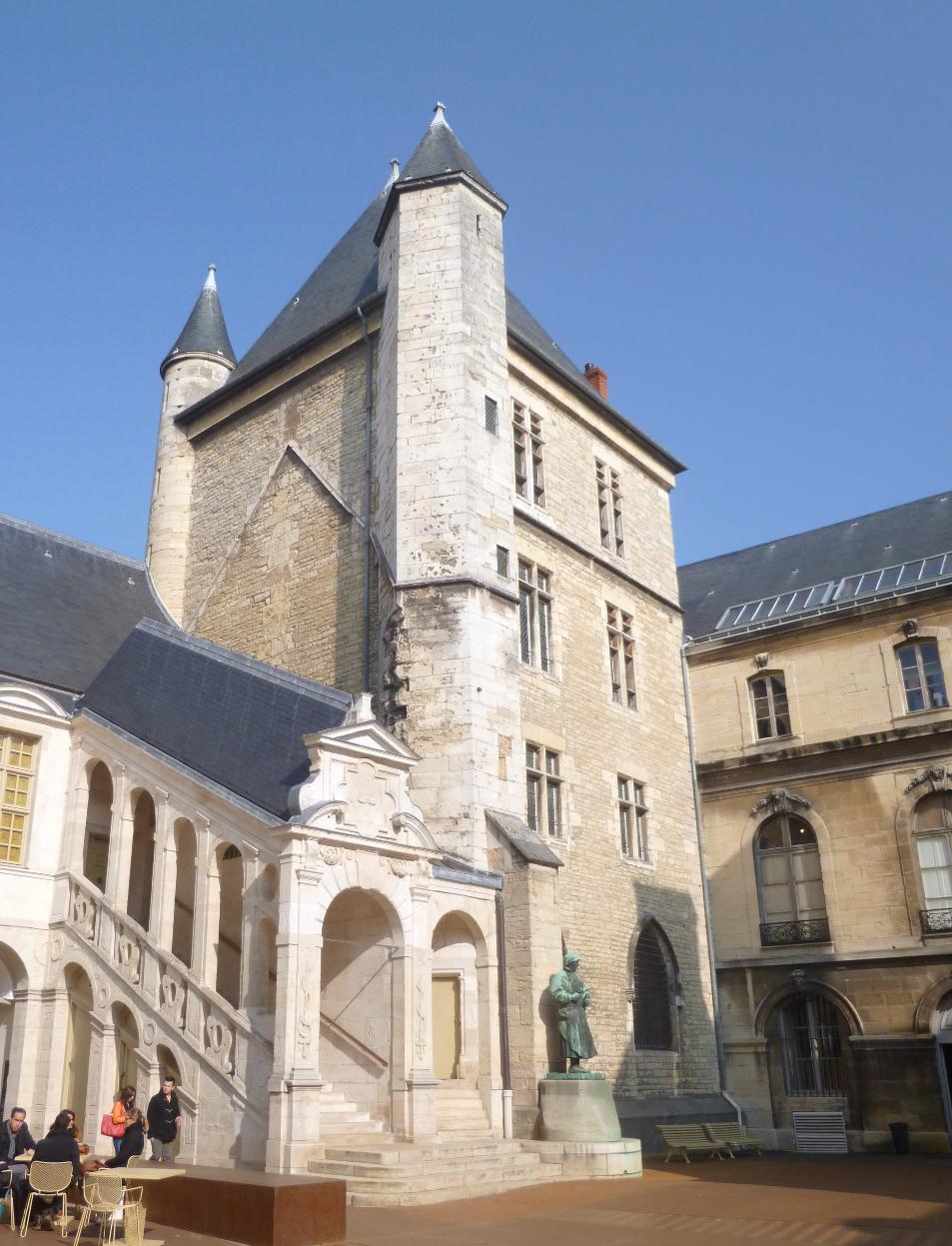 Palais_des_Ducs_et_des_Etats_de_Bourogne_Dijon_-_Tour_de_Bar_-_Photographie_de_E_Moreau_pour_Les_Vis