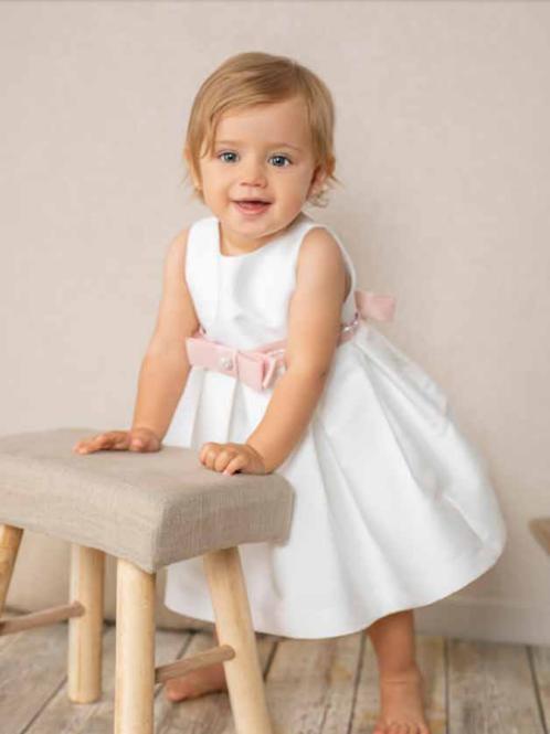 Vestido blanco con lazada rosa