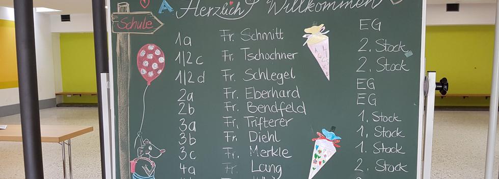 Begrüßungstafel und Klasseneinteilung am ersten Schultag