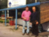 Jean-Marc et Jean-Pierre avec leur première cabane en bois