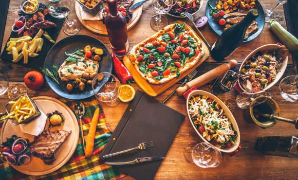 Mesa com comidas italianas