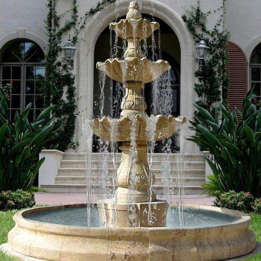 Fonte de água em jardim
