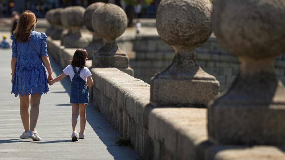 Mãe e filha passeando na Itália