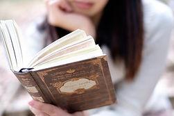 本を読む女性.jpg