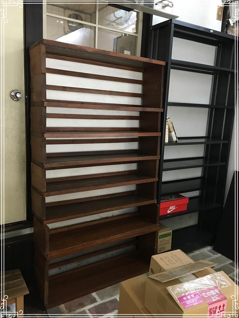 写真左側の木製本棚は京都大学文学部旧図書館で使われてました。