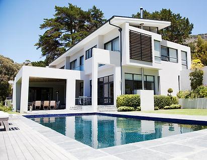 수영장이있는 대형 현대 하우스