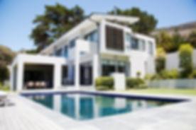 Grande casa moderna, com piscina