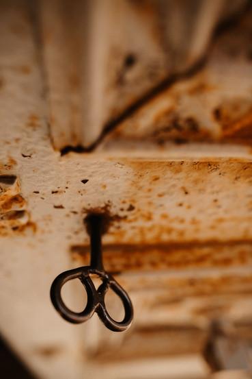 Lallave que abre la puerta de entrada a la capilla