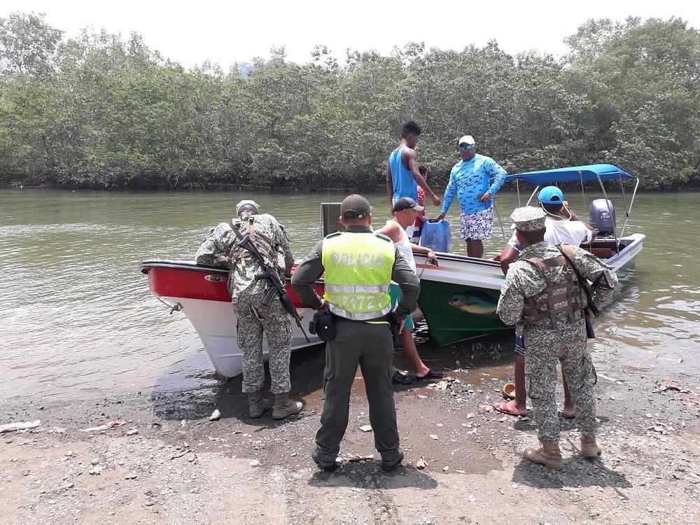 Un grupo de militares durante un recorrido por el corregimiento de El Valle- Bahia Solano.