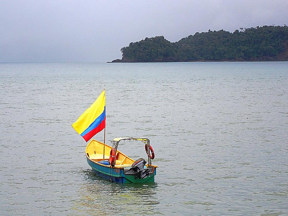 Embarcación en la bahía de Ciudad Mutis en Bahía solano