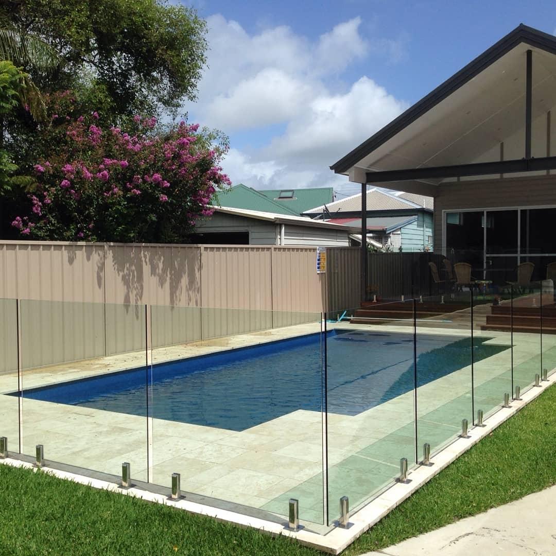 Frameless pool fencing