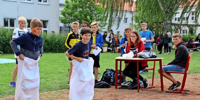 Wildes-Spektakel-auf-dem-Schulhof_big_te