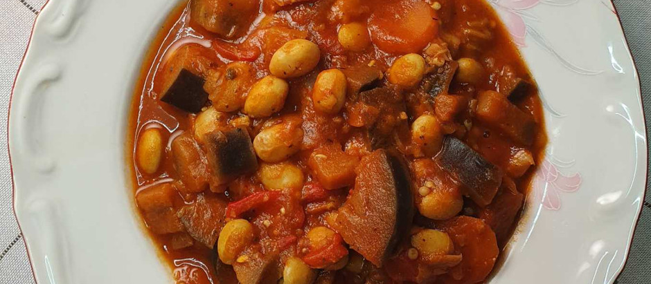 Φασόλια χάντρες κοκκινιστά με μελιτζάνα, πιπεριά φλωρίνης, καρότα και μπάμιες!