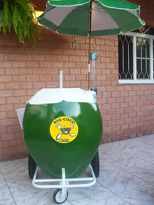 Carrinho para água de coco no formato da própria fruta.