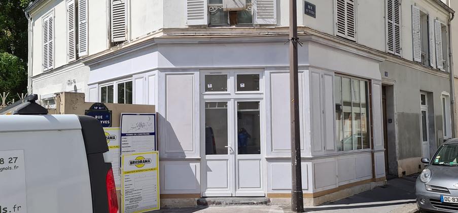 Façade style boutique parisienne réalisée par la Menuiserie des Rossignols