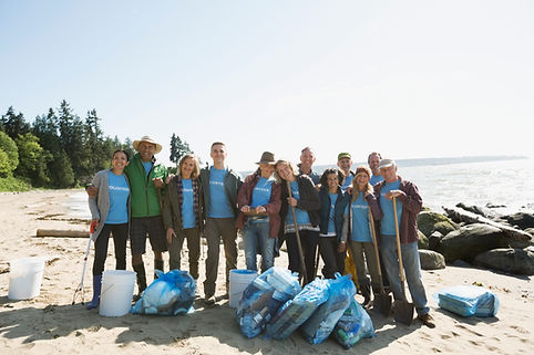 Freiwillige am Strand reinigen