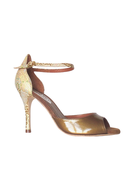 Elegant high heel with closed back in neutral colores