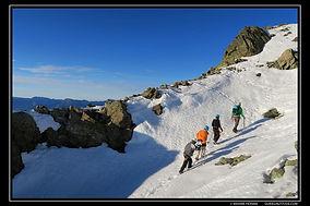 Alpinisme hivernal dans le massif de Belledonne dans la région de Grenoble, avec un Guide de Haute Montagne