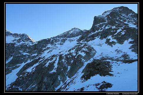 Depuis les Lacs Fourchus, la descente du Col du Grand Van au pied du Rocher du Culasson, en face Nord-Est.