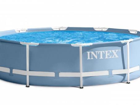 Der Intex Pool im Garten bietet einen Badespass für die ganze Familie