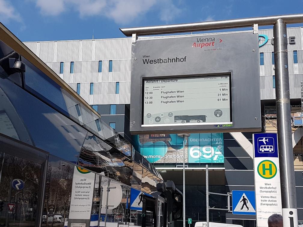 """32"""" E-Paper am Westbahnhof in Wien"""