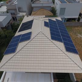 Sistema composto por: 24 painéis de 400w half cell e 1 inversor de 8,2kw. Potencia total instalada de 9,6 kWp e geração média mensal de 1077 kWh