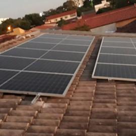Sistema composto por: 22 placas de 335w half cell e 1 inversor  de 6kw. Potencia total instalada de 7,37 kWp e geração média mensal de 900 kWh.