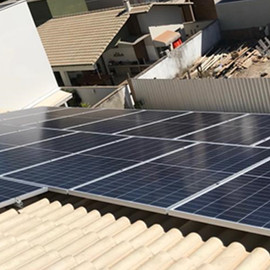 Sistema composto por: 24 painéis de 335w half cell e 1 inversor  de 6kw. Potencia total instalada de 8,04 kWp e geração média mensal de 1030 kWh.