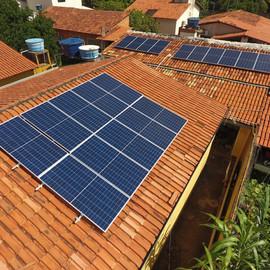 Sistema composto por: 20 painéis de 335w half cell e 1 inversor de 5kw. Potencia total instalada de 6,7 kWp e geração média mensal de 835 kWh.