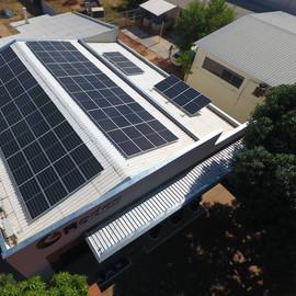 Sistema composto por: 64 painéis de 400w half cell e 1 inversor de 20kw. Potencia total instalada de 25,6 kWp e geração média mensal de 3319 kWh.