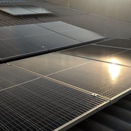 Sistema composto por: 12 painéis de 335w half cell e 1 inversor  de 3kw. Potencia total instalada de 4,02 kWp e geração média mensal de 500 kWh.