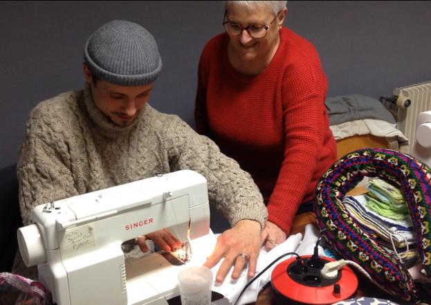 Apprentissage de la couture pour Jérôme Wilot-Maus avec les membres de l'atelier couture du centre social Léon Blum