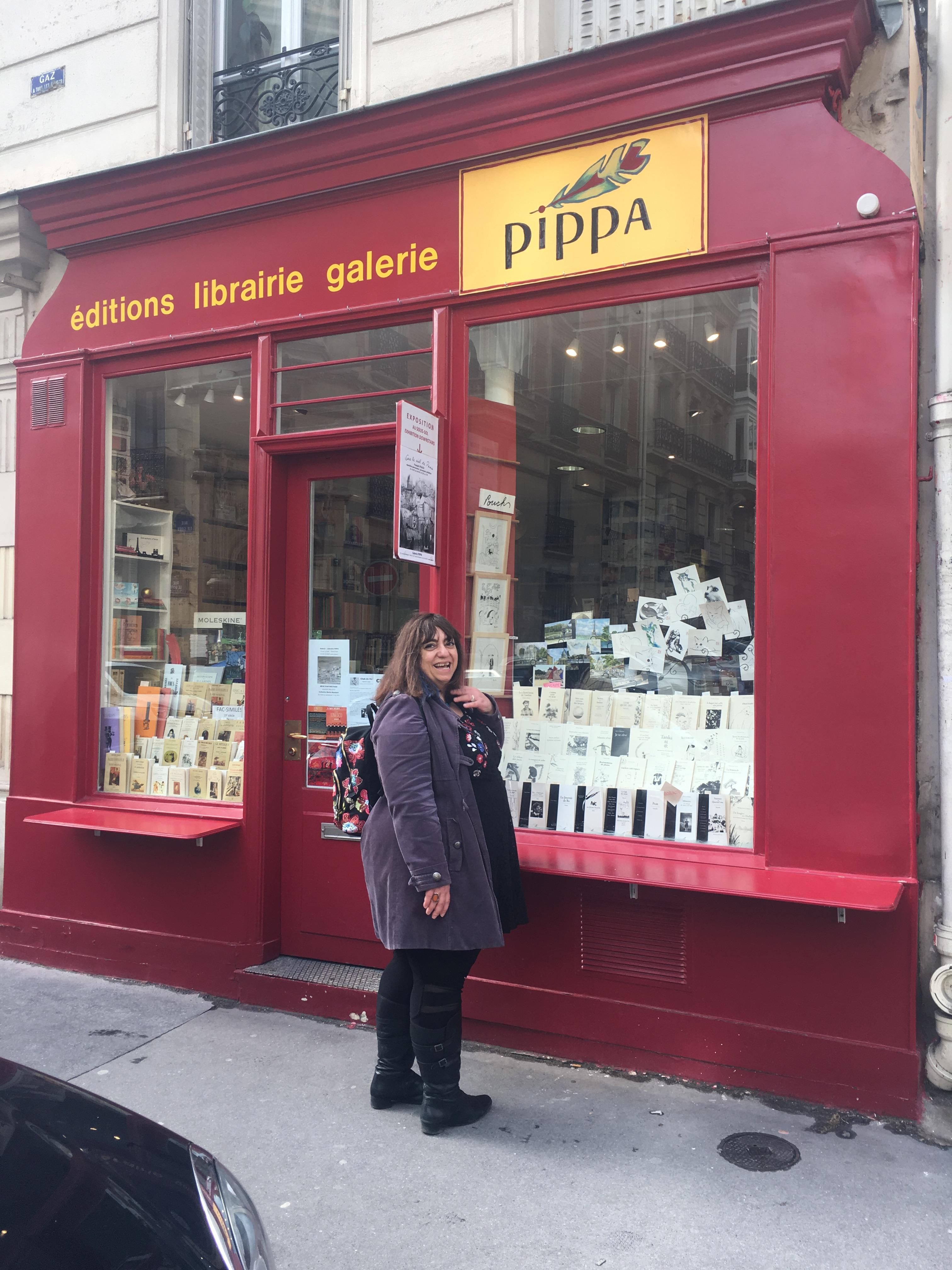 Devant la Librairie Galerie Pippa