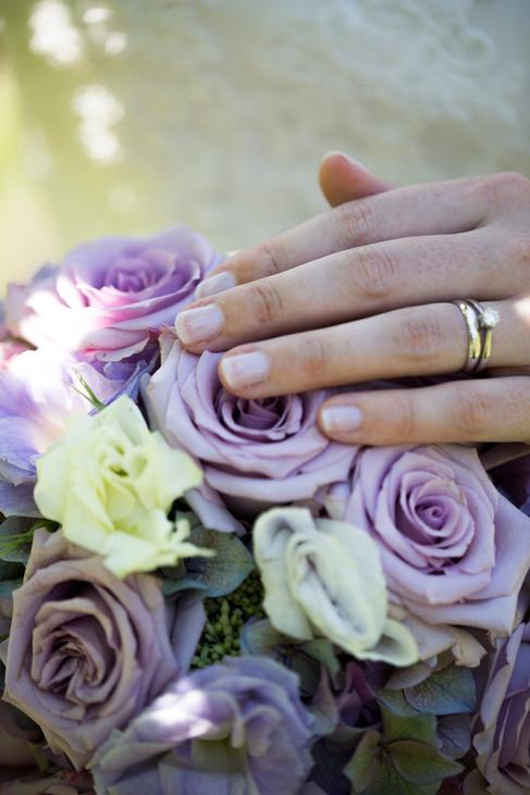 Detailaufnahme Blumen, Hände Braut mit Ring, Lichtspiegelung