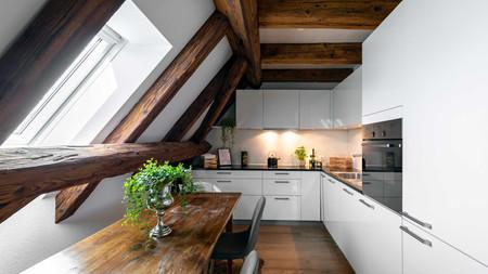 moderne Küche in Dachwohnung mit Sichtbalken, moderne Immoblienfotografie für Immo