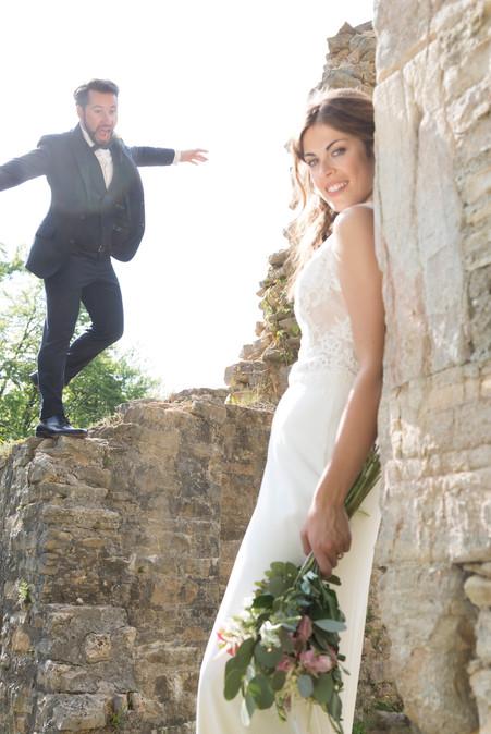 Bräutigam springt von Mauer