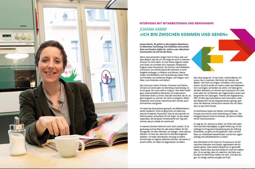 Portrait für Jahresbericht GAW, Frau sitzt in Küch mit Tasse Kaffee und Kochbuch