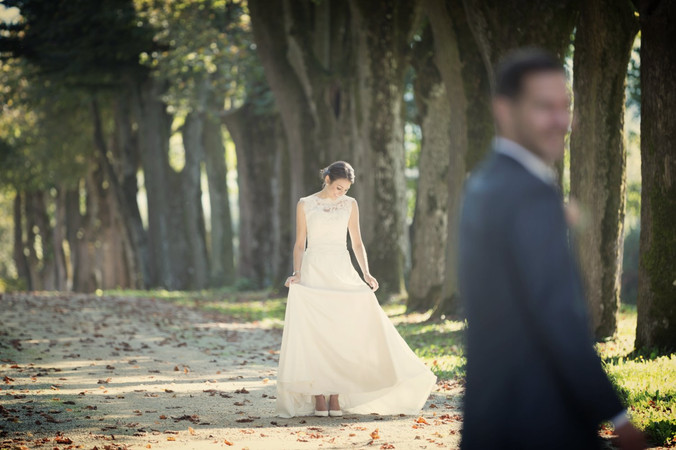 Brautpaar in Baum-Allee, Schloss Ebenrain, Sissach